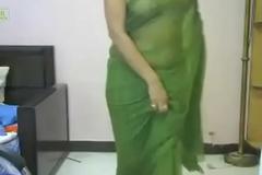 Desi girl in callow sari. looking smoking hawt in indian song. Must watch.
